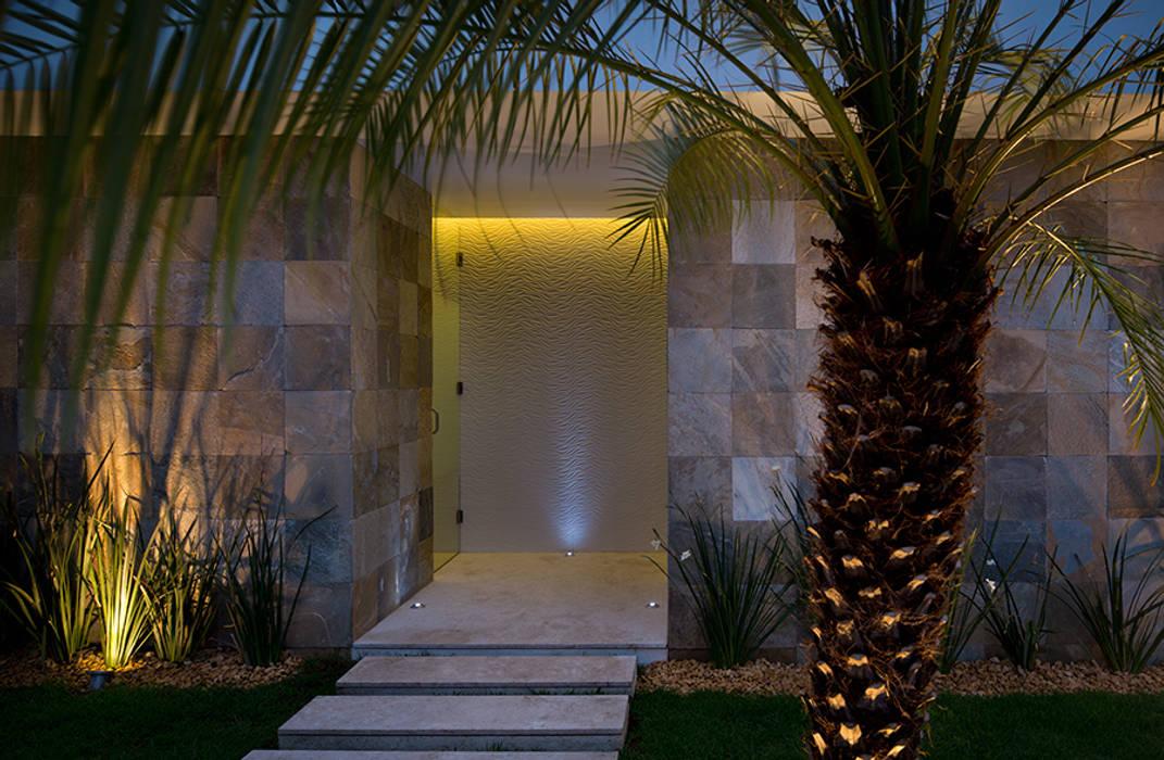 Acceso baños . ALBERCA - TÓRTOLAS / MICHEAS ARQUITECTOS Paredes y pisos de estilo moderno de homify Moderno