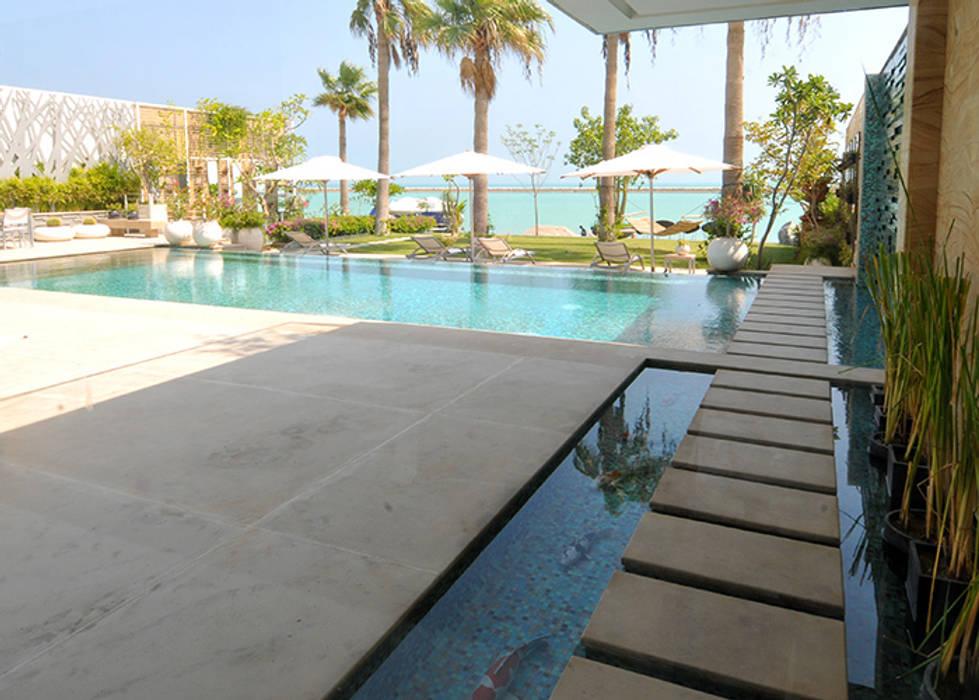 percorso sull'acqua per accedere al giardino: Piscina in stile in stile Moderno di Lo Studio Mammini Candido