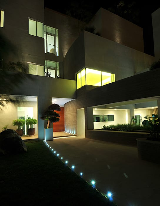 Corte di accesso alla Villa: Case in stile in stile Moderno di Lo Studio Mammini Candido