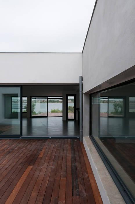 Vue du patio principal: Maisons de style  par Frédéric Saint-cricq Architecte
