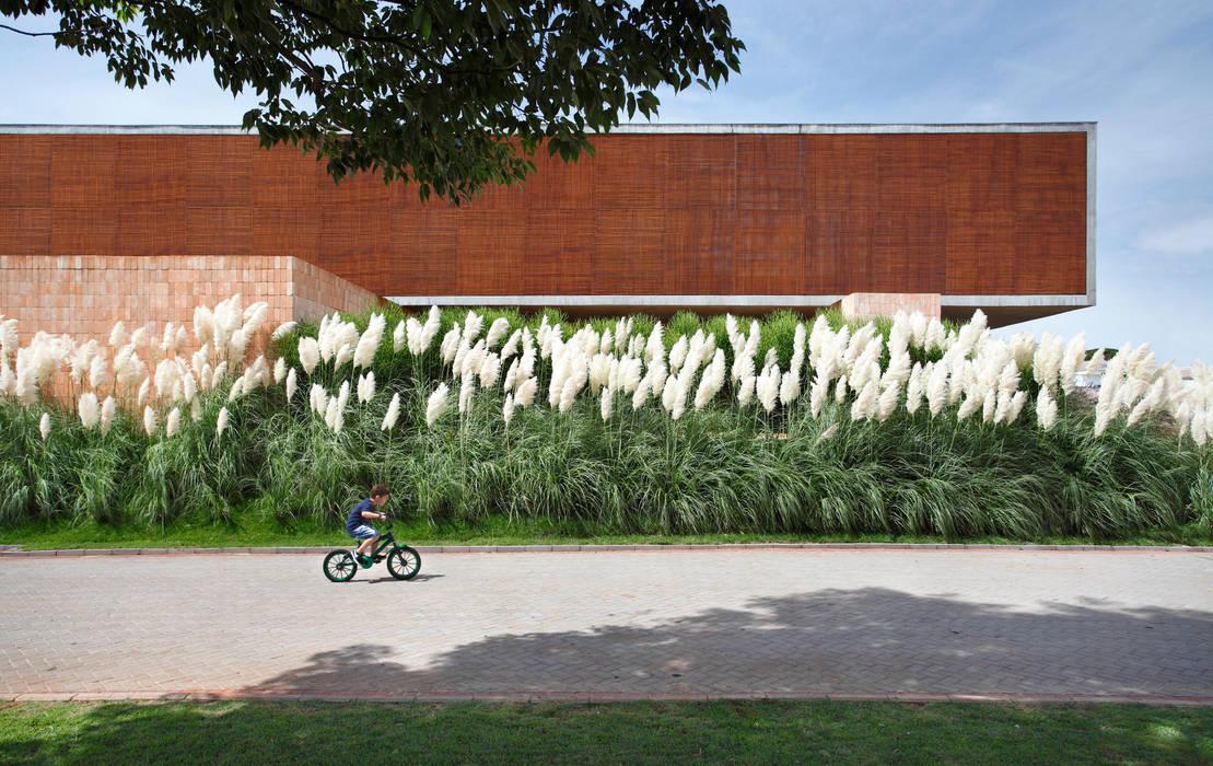 Modern garden by Hanazaki Paisagismo Modern