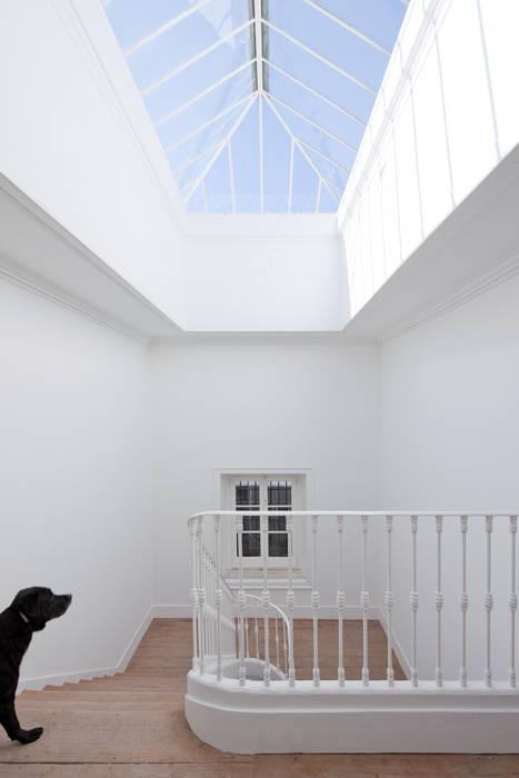 Couloir et hall d'entrée de style  par José Adrião Arquitectos, Classique