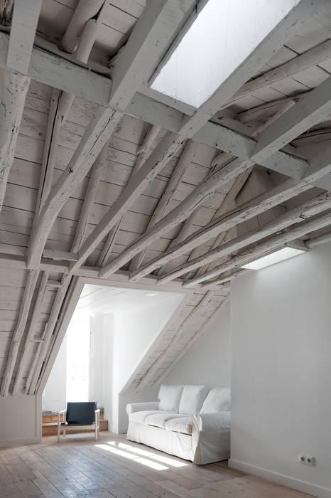 Paredes e pisos clássicos por José Adrião Arquitectos Clássico