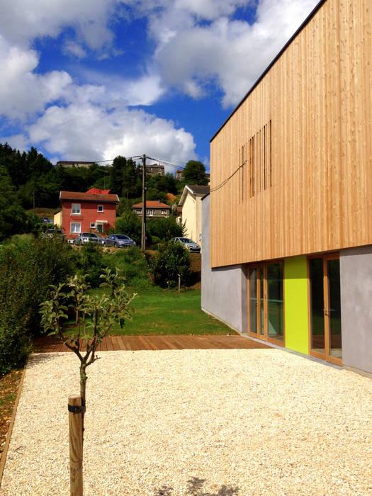 Vue des espaces extérieurs: Bureaux de style  par 3B Architecture