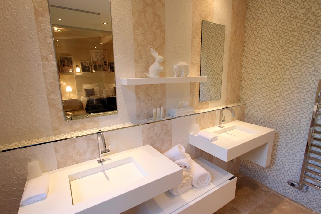 """Salle de bain chambre """"Froufrou et Marinière"""": Maisons de style  par AZ Createur"""