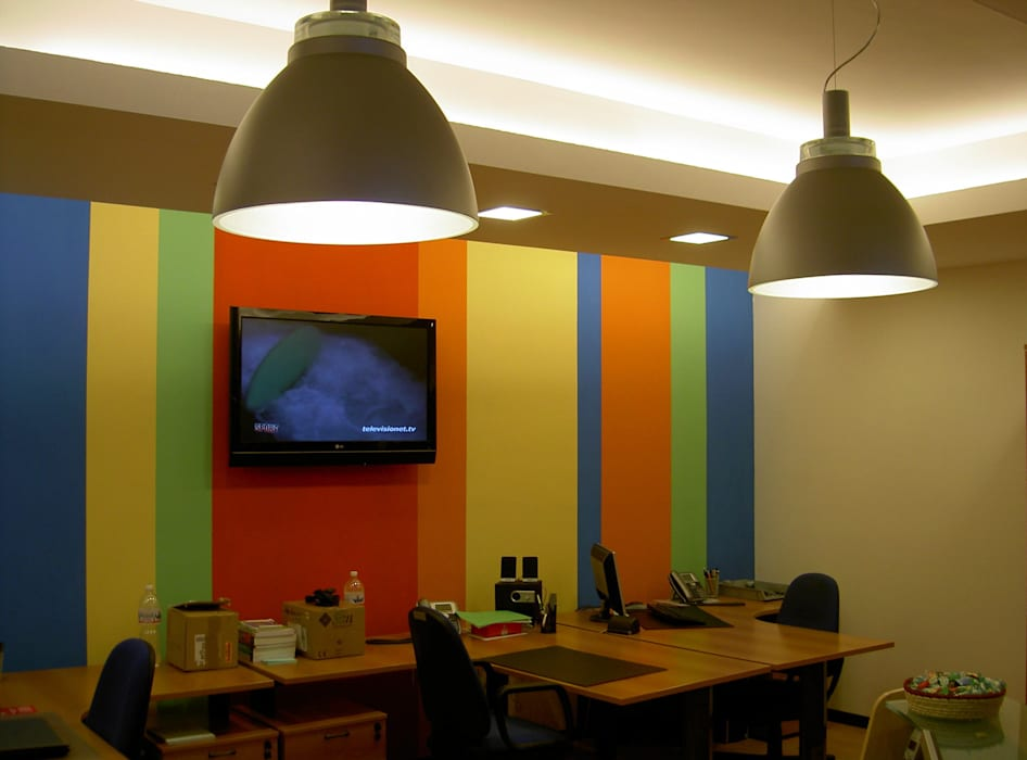 """""""Colours"""": Complessi per uffici in stile  di Studio Architetto Daniele Agostinelli"""