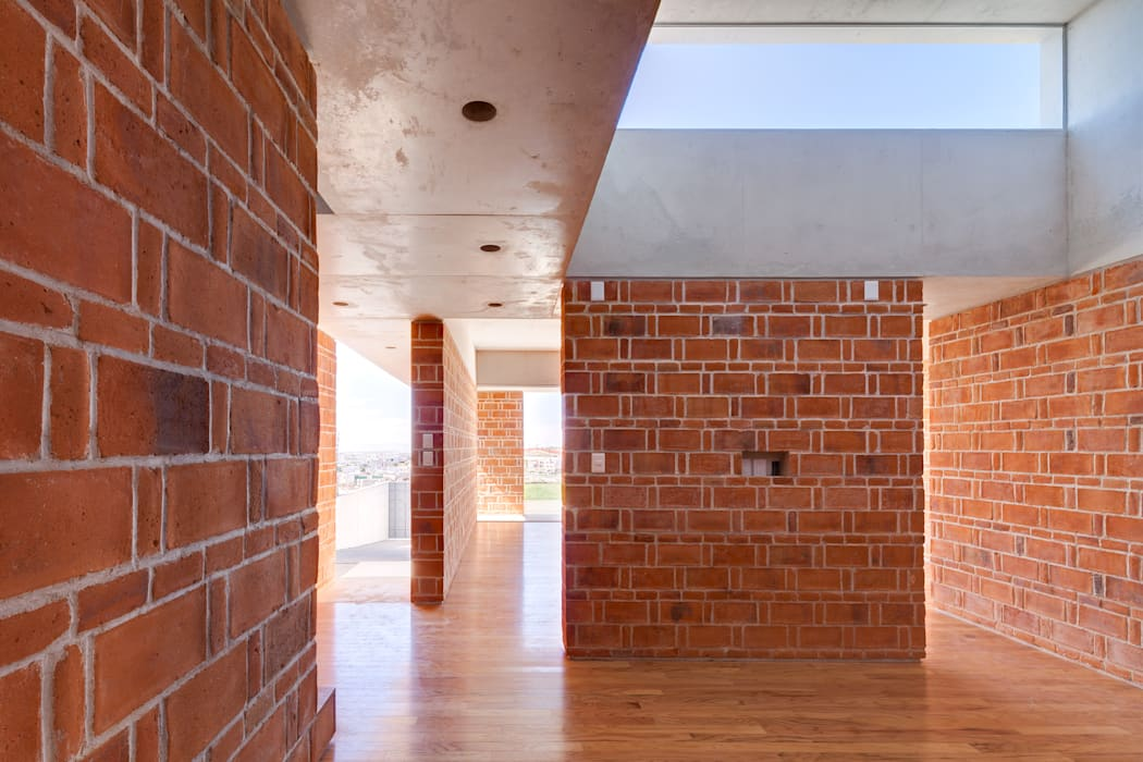 CASA EM: Salas de estilo minimalista por Ambrosi I Etchegaray
