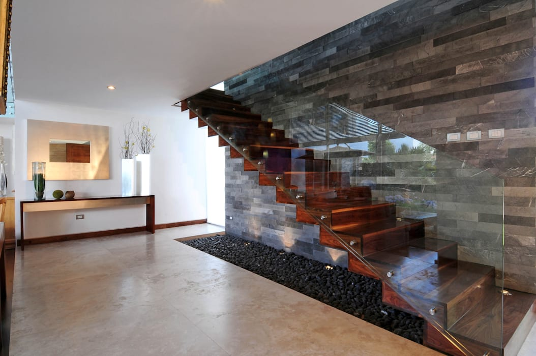Modern Corridor, Hallway and Staircase by ze|arquitectura Modern