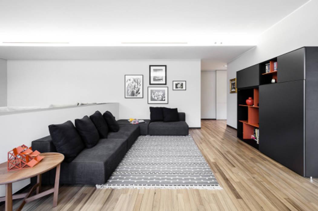 light grey : Soggiorno in stile  di 23bassi studio di architettura