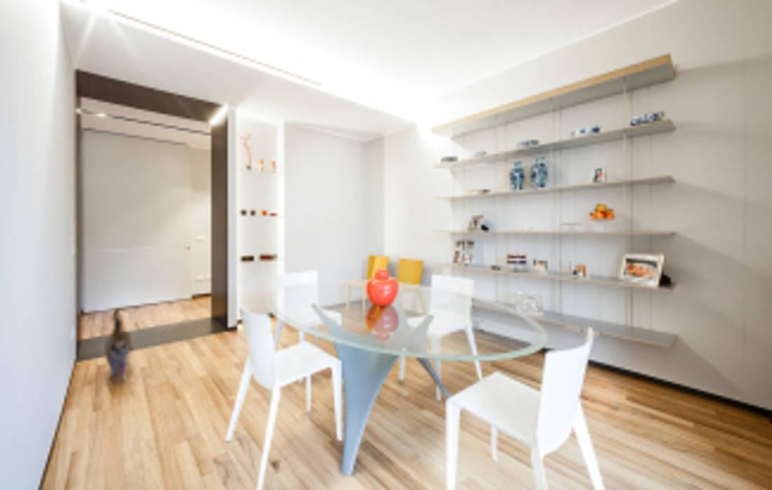 light grey : Sala da pranzo in stile  di 23bassi studio di architettura