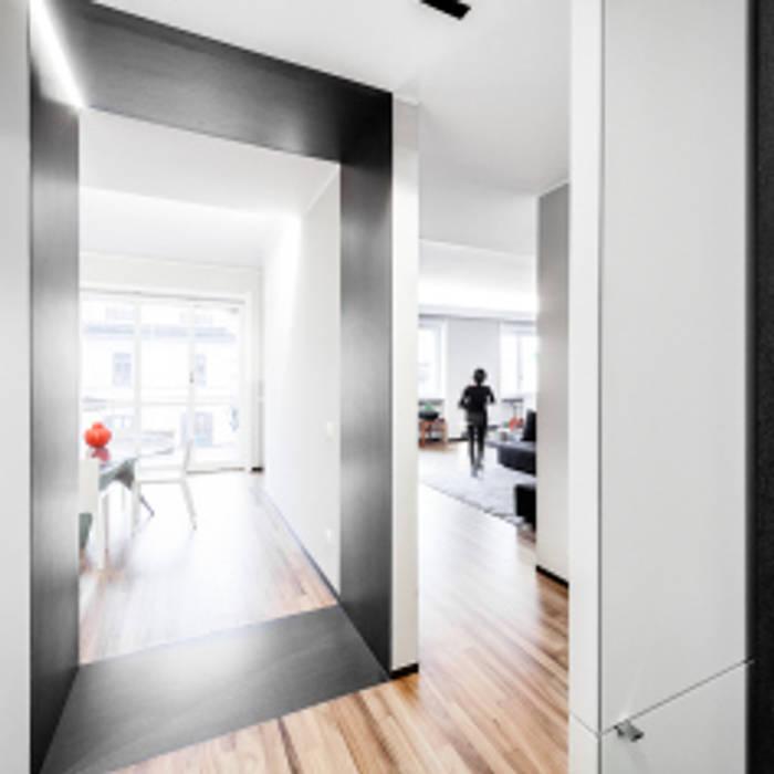 light grey : Soggiorno in stile in stile Minimalista di 23bassi studio di architettura