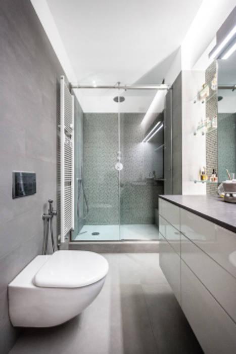 light grey : Bagno in stile  di 23bassi studio di architettura