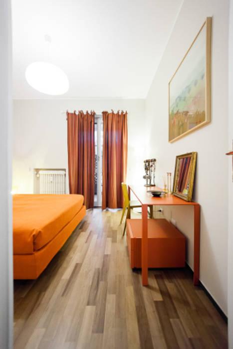 light grey : Camera da letto in stile in stile Minimalista di 23bassi studio di architettura