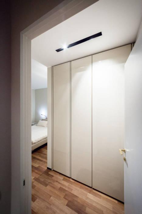 light grey Camera da letto minimalista di 23bassi studio di architettura Minimalista