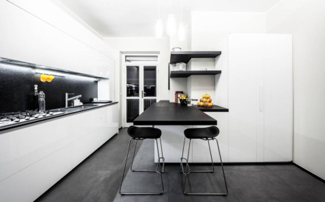 light grey Cucina minimalista di 23bassi studio di architettura Minimalista
