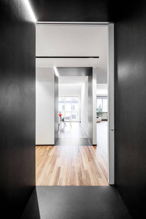 light grey Ingresso, Corridoio & Scale in stile minimalista di 23bassi studio di architettura Minimalista