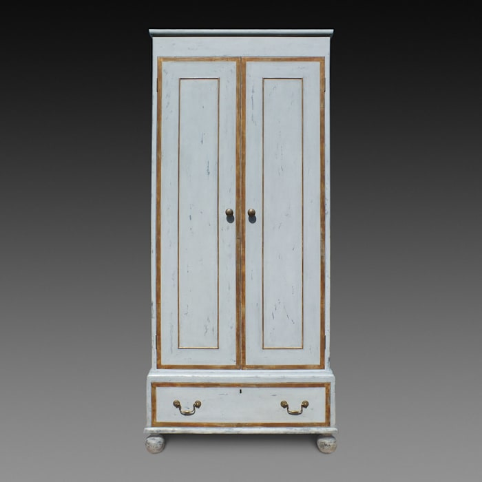 The 'Painted and Gilt Wardrobe' by Perceval Designs Perceval Designs 寝室ワードローブ&クローゼット