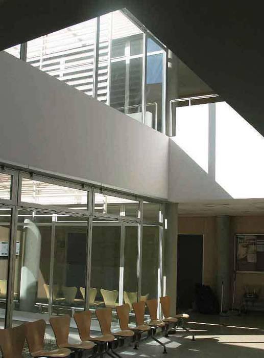 Vestíbulo del centro de salud de Marchamalo: Pasillos y vestíbulos de estilo  de Argola Arquitectos