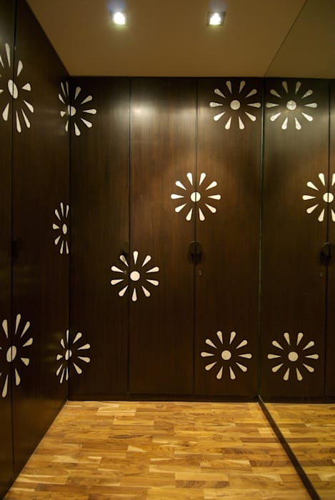 Walk-In Closet Minimalist windows & doors by homify Minimalist