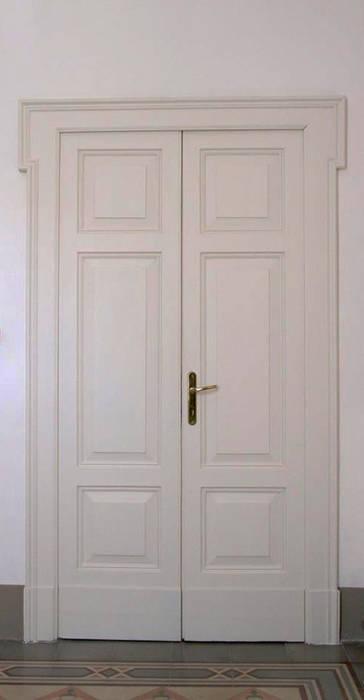 Porte interne:  in stile  di Studio tecnico associato 'Il Progetto'
