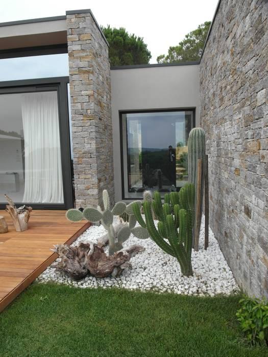 Modern garden by giardini valle dei fiori homify for Decorazione giardini stile 700