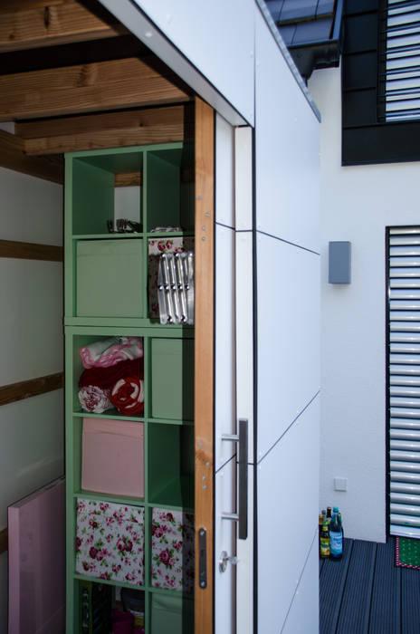 modern  oleh design@garten - Alfred Hart -  Design Gartenhaus und Balkonschraenke aus Augsburg, Modern