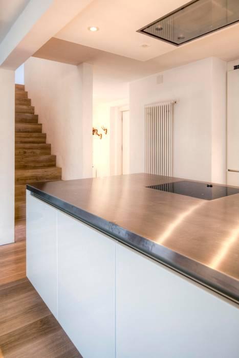 Wohnhaus in Witikon hausbuben architekten gmbh Flur, Diele & Treppenhaus im Landhausstil