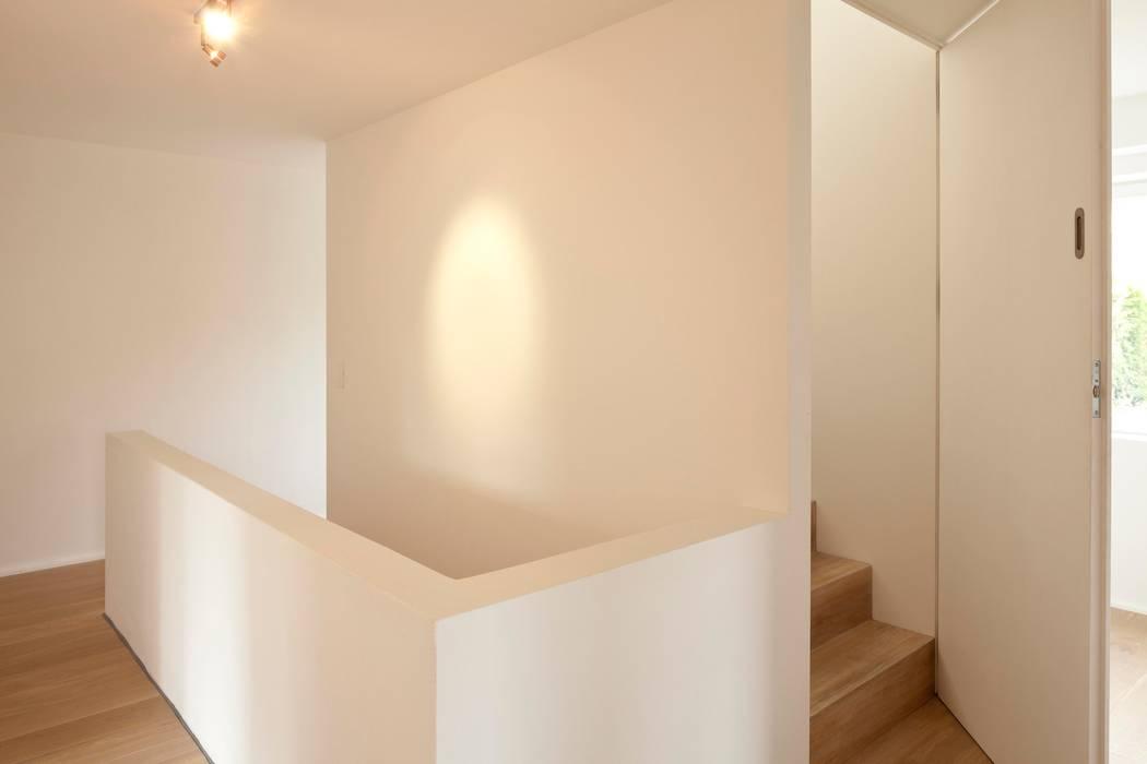 Wohnhaus in Witikon Flur, Diele & Treppenhaus im Landhausstil von hausbuben architekten gmbh Landhaus