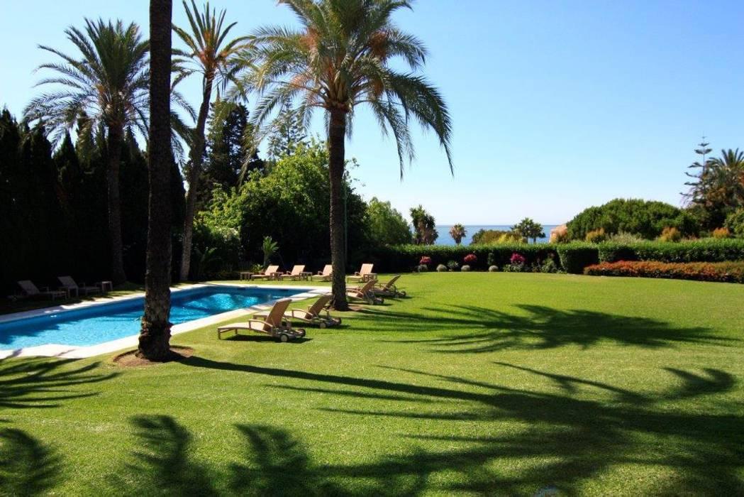 Piscina y jardín Casas de estilo clásico de Bernadó Luxury Houses Clásico