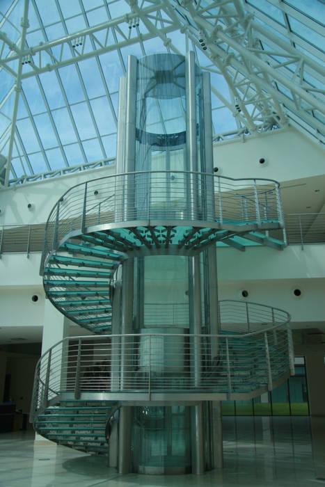 Scala in vetro antiscivolo: Complessi per uffici in stile  di Vitrealspecchi Spa