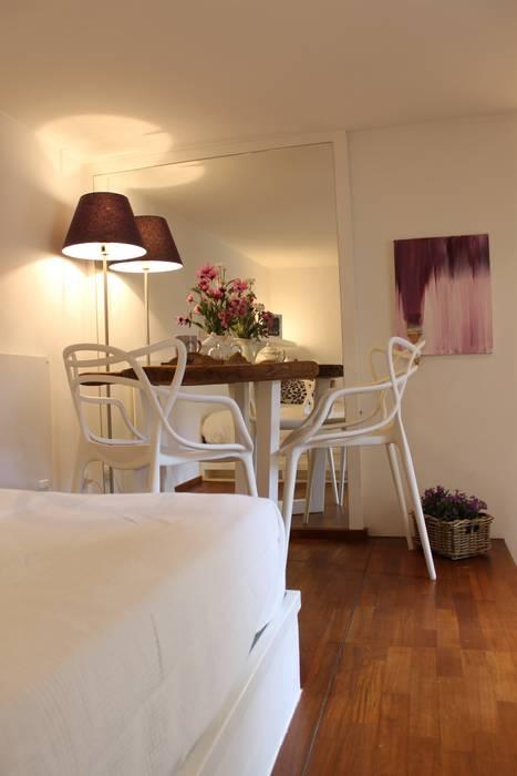 Spechio per dilatare lo spazio: Sala da pranzo in stile in stile Moderno di Arch. Silvana Citterio