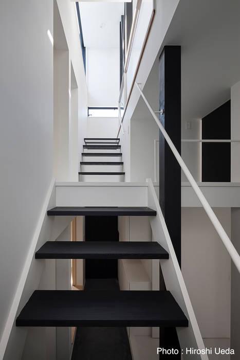 1階から階段見上げ: 石川淳建築設計事務所が手掛けた廊下 & 玄関です。