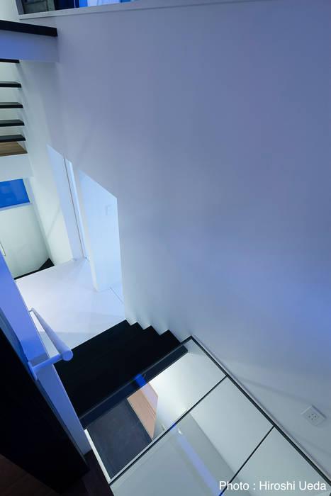 階段夜景: 石川淳建築設計事務所が手掛けた廊下 & 玄関です。