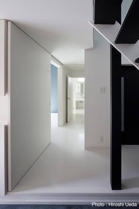 1階廊下 モダンスタイルの 玄関&廊下&階段 の 石川淳建築設計事務所 モダン