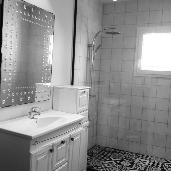 Douche italienne: Salle de bains de style  par Adriana Art Déco