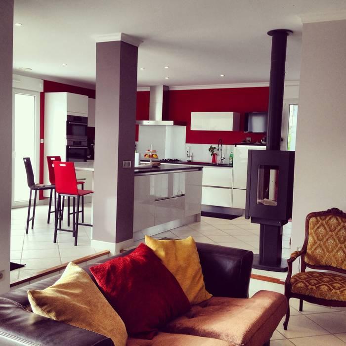 Salon avec cuisine américaine: Salon de style de style Moderne par Adriana Art Déco