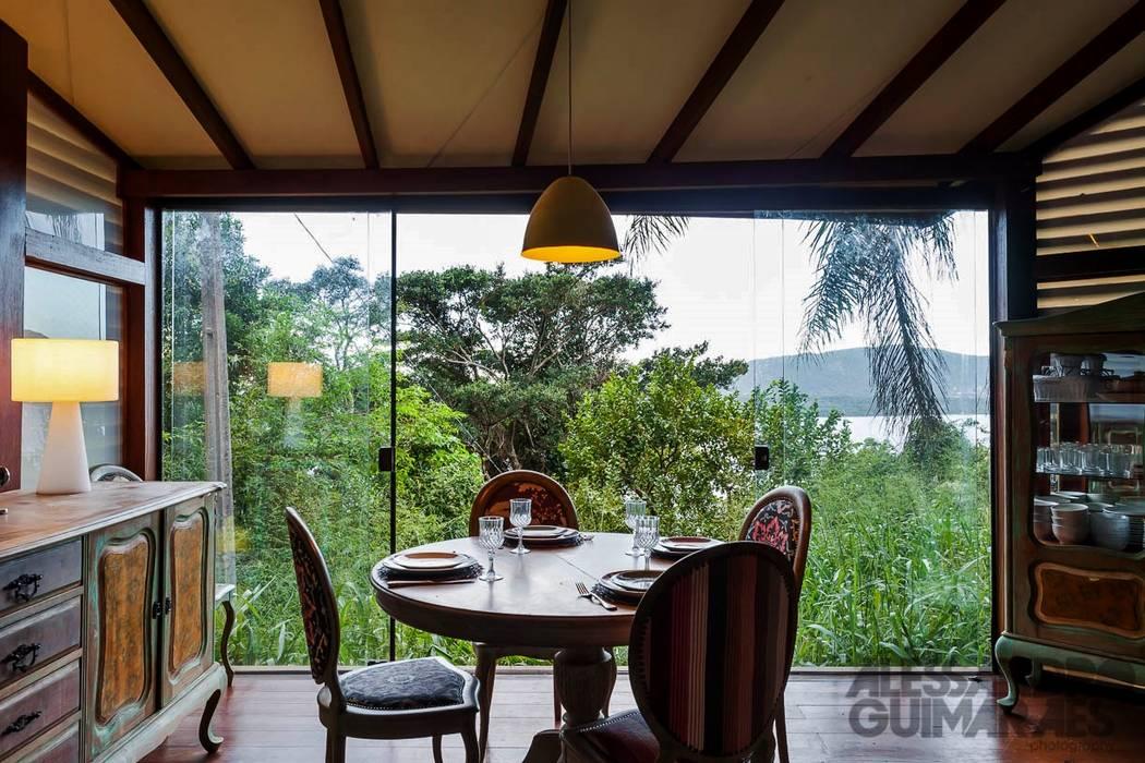 Casa da Floresta: Salas de jantar  por Ferraro Habitat,