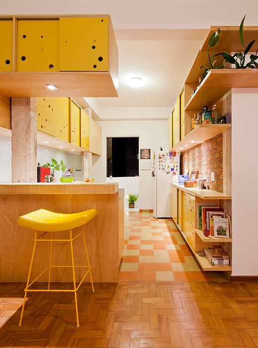 APARTAMENTO APINAGÉS: Cozinhas  por Zoom Urbanismo Arquitetura e Design