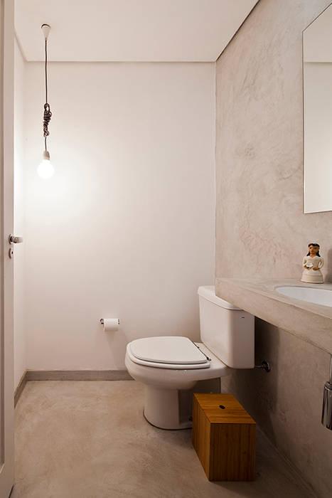 APARTAMENTO APINAGÉS: Banheiros  por Zoom Urbanismo Arquitetura e Design