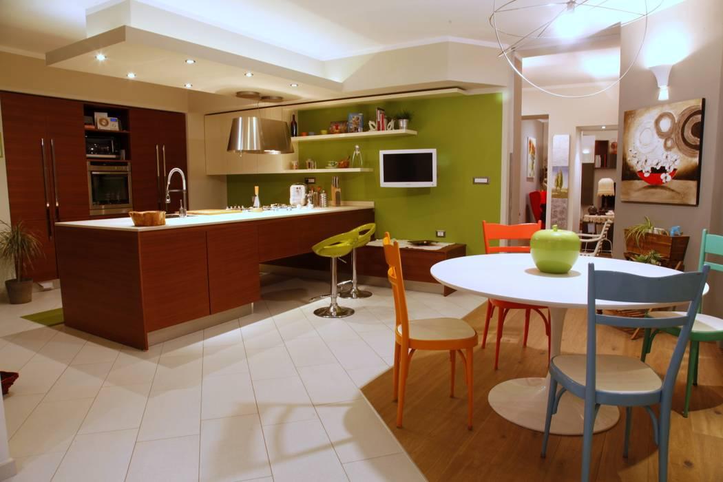 vista d'insieme dell'area pranzo e cottura : Case in stile  di Architetto Monica Becchio