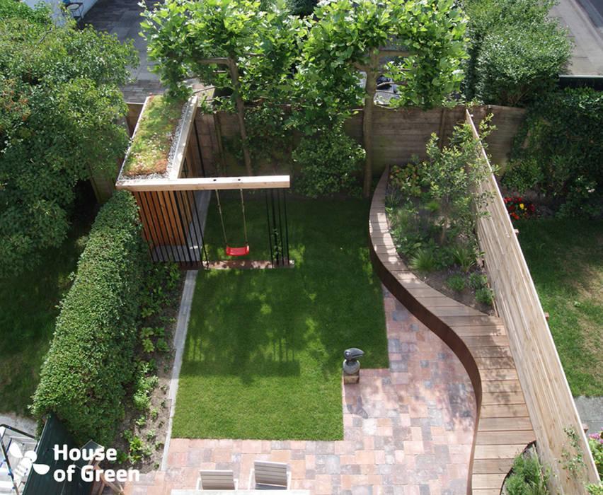Overzicht slingerbank met tuinhuis Moderne tuinen van House of Green Modern