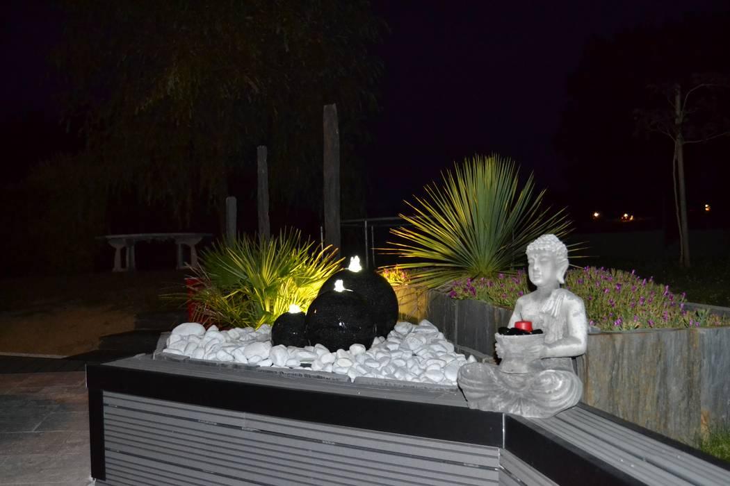 Zoom 3 sur la zone bac avec fontaine et spot: Jardin de style de style Moderne par EURL OLIVIER DUBOIS