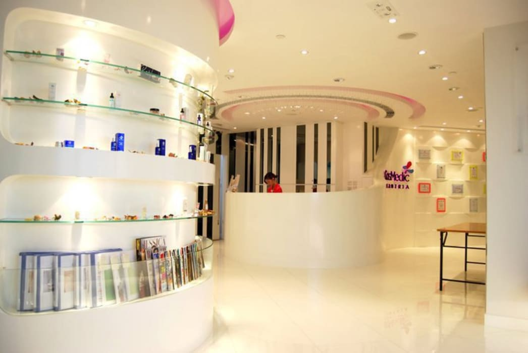 Sales and Reception area:  Offices & stores by Oui3 International Limited, Modern