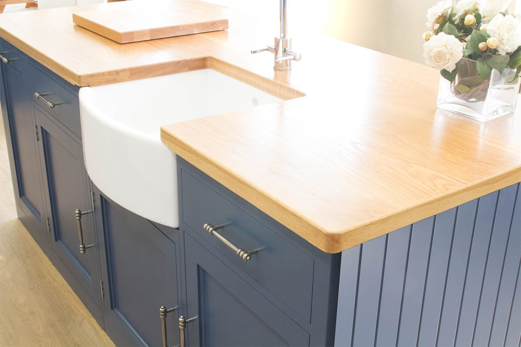 Solid White Oak Worktops: country Kitchen by NAKED Kitchens