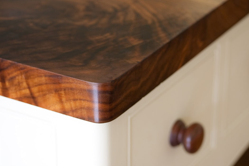 Luxuriously deep and dark coloured wooden worktops:  Kitchen by NAKED Kitchens