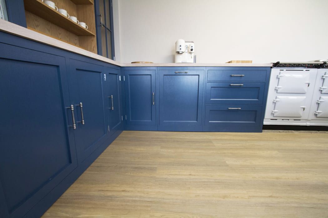 Luxuriously Painted Bespoke Cabinets:  Kitchen by NAKED Kitchens