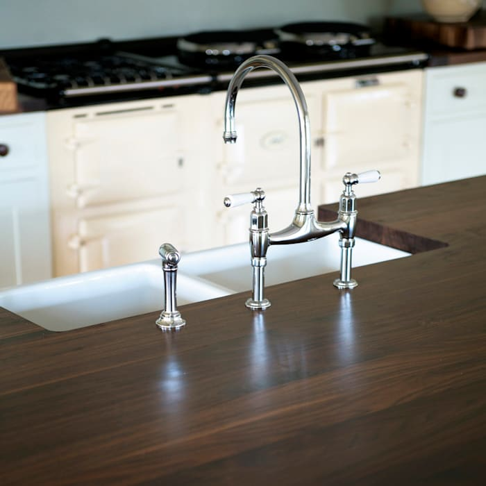 Classic touches in this country kitchen.:  Kitchen by NAKED Kitchens