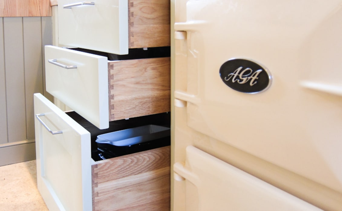 Classic kitchen styled soft-close dovetailed Oak drawers:  Kitchen by NAKED Kitchens
