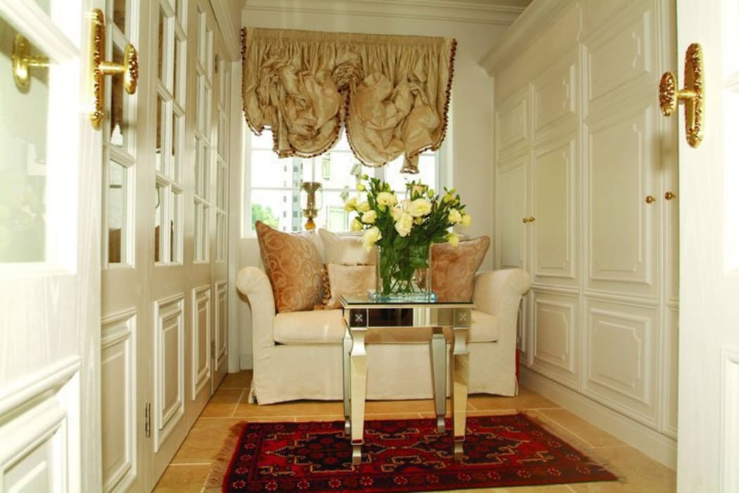 Sitting Room Colonial style houses by Oui3 International Limited Colonial