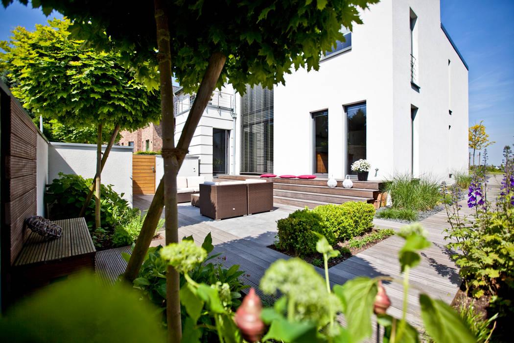 Blick auf die Terrasse Minimalistischer Balkon, Veranda & Terrasse von +grün GmbH Minimalistisch